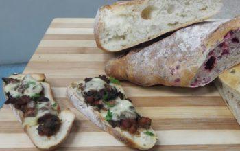 Bruscheta de pomodoro ao funghi com linguiça e queijo
